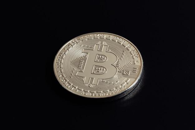 Bitcoin sobre fondo negro. comercio de criptomonedas. reducción a la mitad de bitcoin.