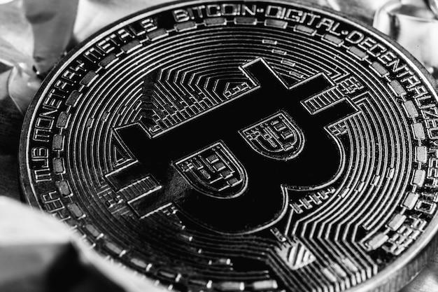 Bitcoin sobre fondo plateado. reducir a la mitad las criptomonedas. la crisis de la economía. fotografía macro
