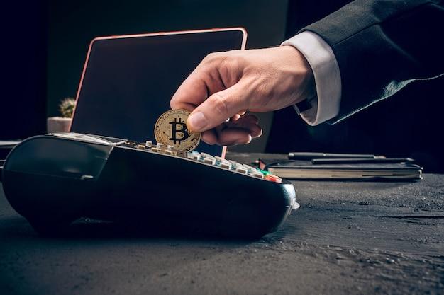 Bitcoin, tarjeta de crédito y terminal pos