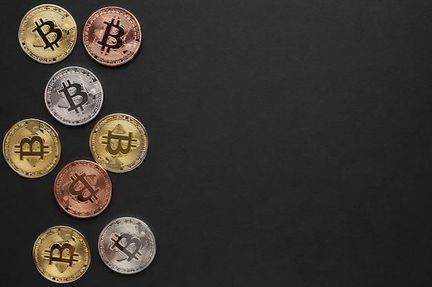Bitcoin en varios colores con espacio de copia