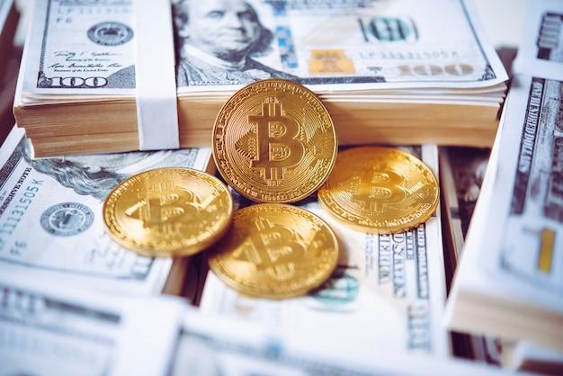 Bitcoins y dólar en concepto de piso para finanzas