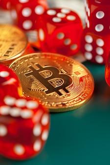 Bitcoins, dólares y dados.