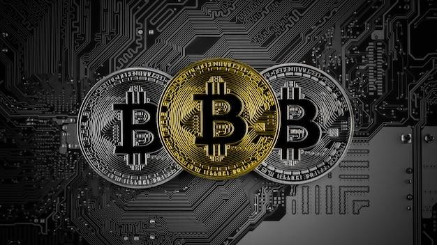 Bitcoins dorados y plateados en placa de circuito.