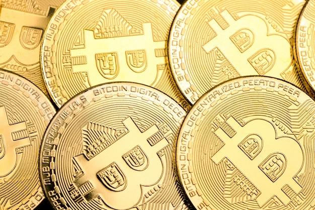 Bitcoins de oro brillante como fondo, criptomoneda y concepto de dinero virtual