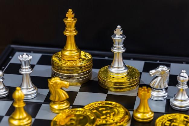 Bitcoins de oro y piezas de ajedrez.