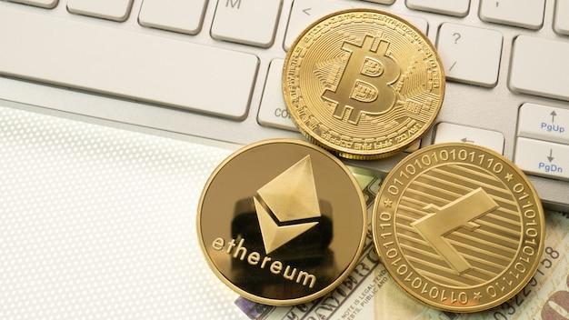Bitcoins de oro en el teclado