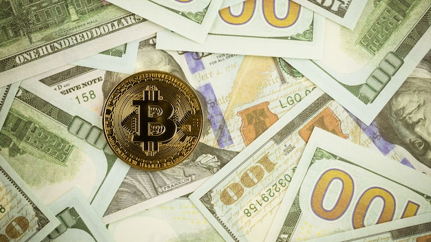 Bitcoins en la pila de un billete