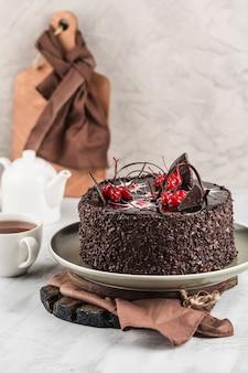 Bizcocho de chocolate sobre un fondo claro. postre para cumpleaños y vacaciones.