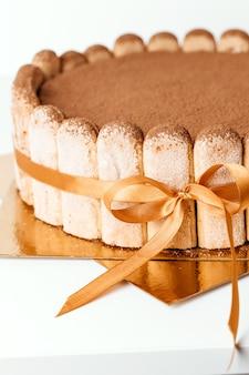 Bizcocho clásico de tiramisú con cacao, pasteles caseros. primer plano de pastel de tiramisú.