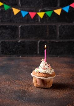 Bizcocho de cumpleaños con crema y vela