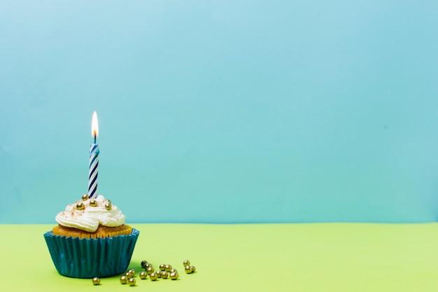 Bizcocho de cumpleaños delicioso con espacio de copia
