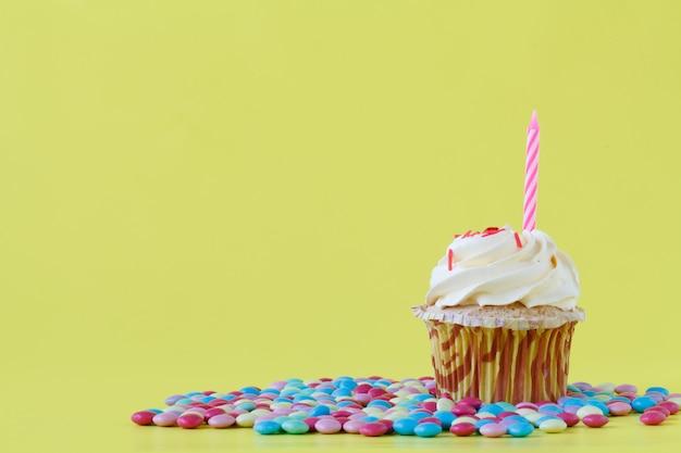 Bizcocho de cumpleaños con una vela