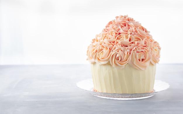 Bizcocho de pastel de cumpleaños delicioso