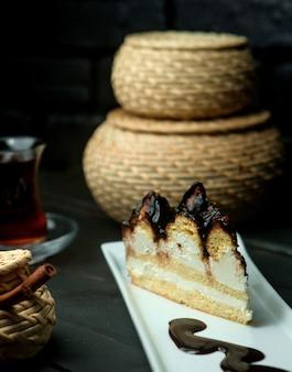 Un bizcocho con sirope de chocolate