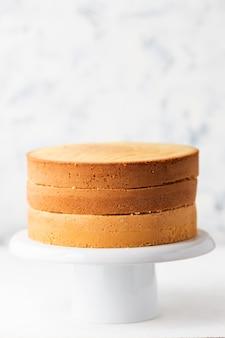 Bizcocho. tortas en un puesto de pastel blanco