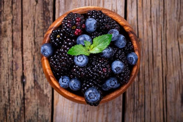 Blackberry y blueberry con hoja de menta