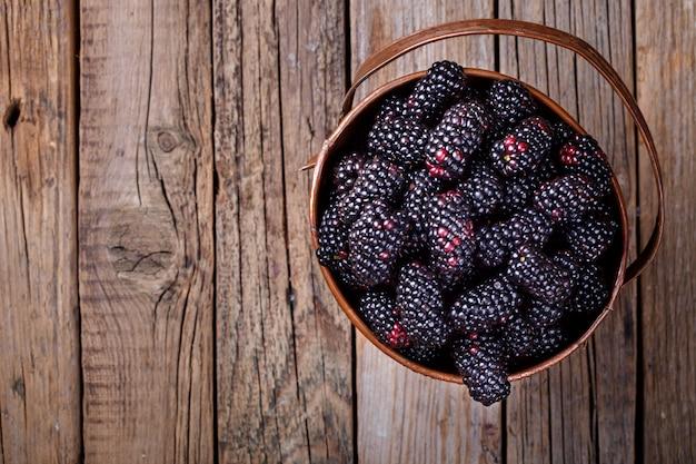 Blackberry fresh en un cubo de cobre