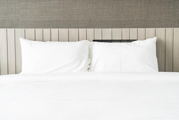 Blanco almohada en la decoración de la cama en el dormitorio