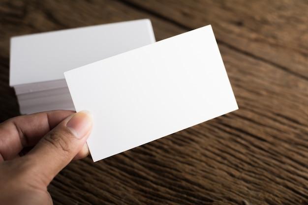 Blanco en blanco tarjeta de presentación de identidad corporativa sobre fondo de madera