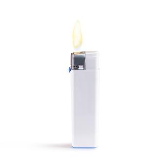 Blanco encendedor en blanco en fuego simulacro stand aislado