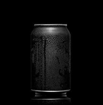En blanco y negro. lata de metal con cola o cerveza. gotas de condensación en la superficie.