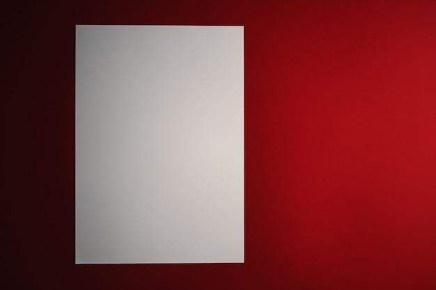 En blanco un papel blanco sobre fondo rojo como material de oficina flatlay luxury branding flat lay y diseño de identidad de marca para maqueta