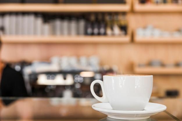Blanco taza de café en café