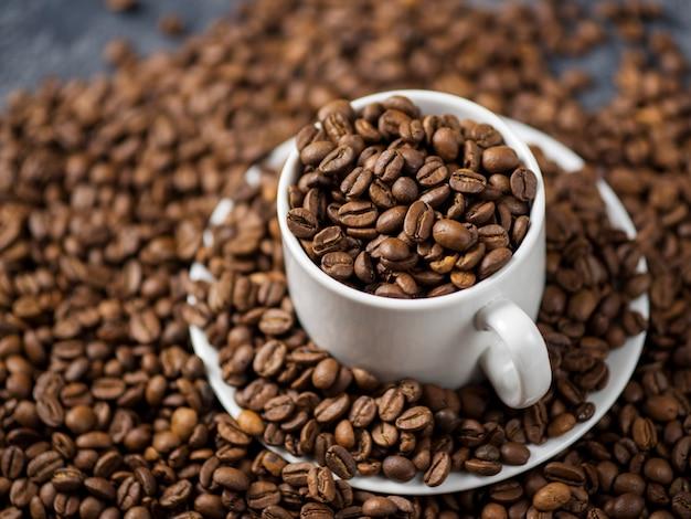 Blanco taza de café con granos de café.