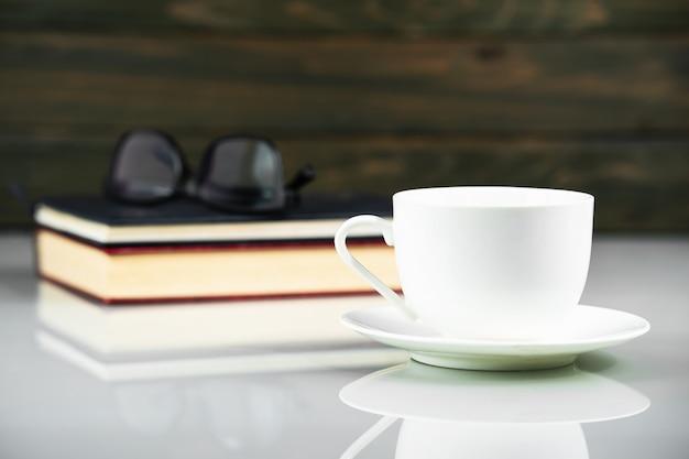 Blanco taza de café y libro