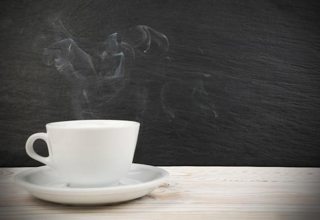Blanco taza de café y vapor
