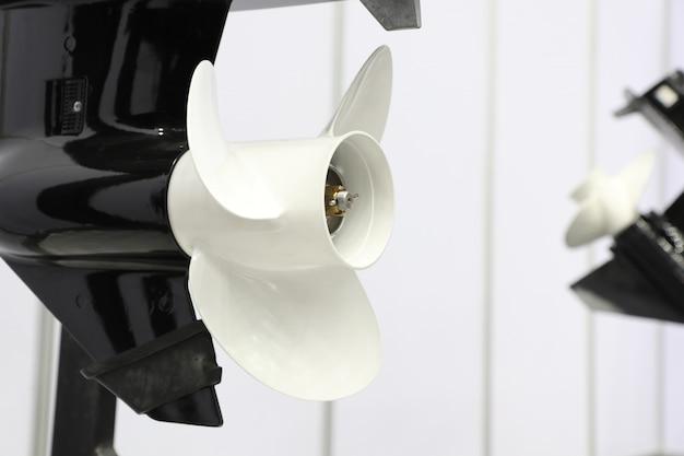 Blanco tres palas de motor marino para lancha rápida
