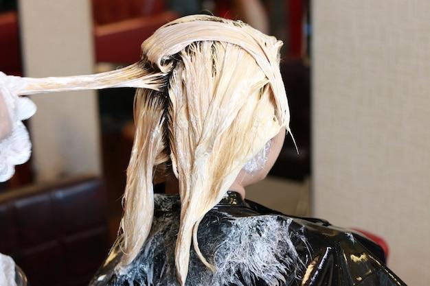 Blanqueamiento del cabello en vista lateral horizontal