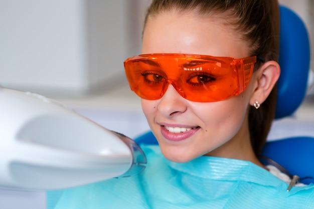 Blanqueamiento de dientes para mujer blanqueamiento de dientes en clínica de dentista