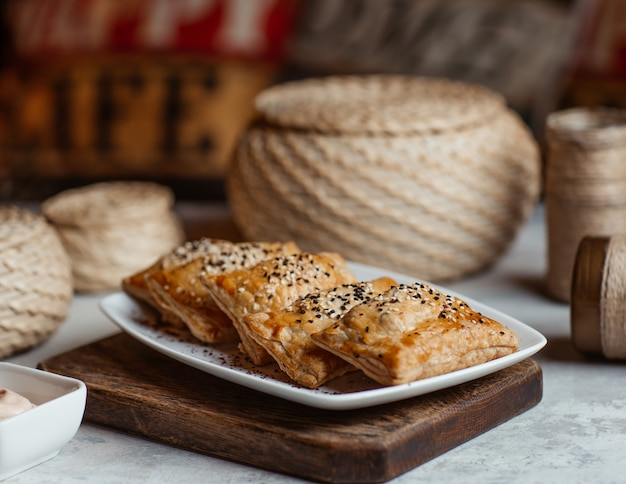 Blinchik asado, comida rusa en un plato blanco.