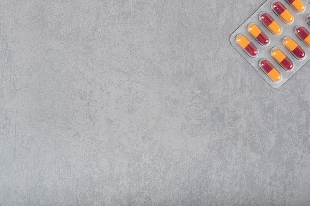 Blister de pastillas de medicina sobre una superficie gris