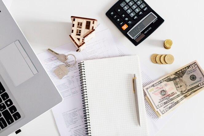 Bloc de notas en la oficina de agente de bienes raíces