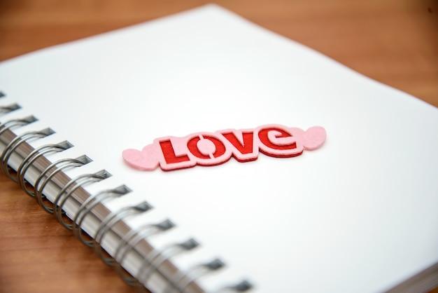 Bloc de notas abierto con la palabra amor