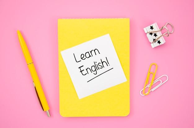 Bloc de notas amarillo con maqueta de notas adhesivas para aprender inglés
