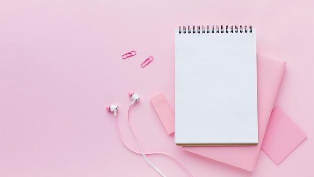 Bloc de notas y auriculares en blanco