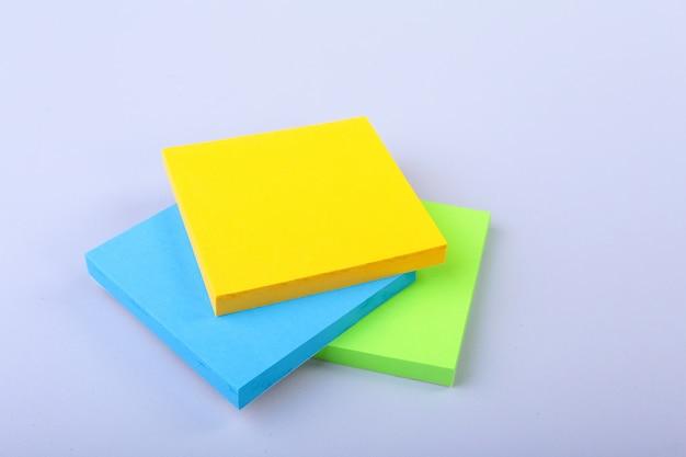 Bloc de notas blanco con coloridas notas adhesivas recordatorias