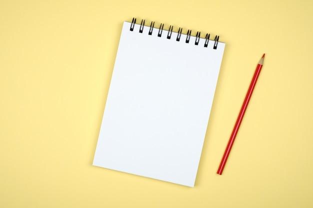 Bloc de notas en blanco para ideas sobre fondo de color