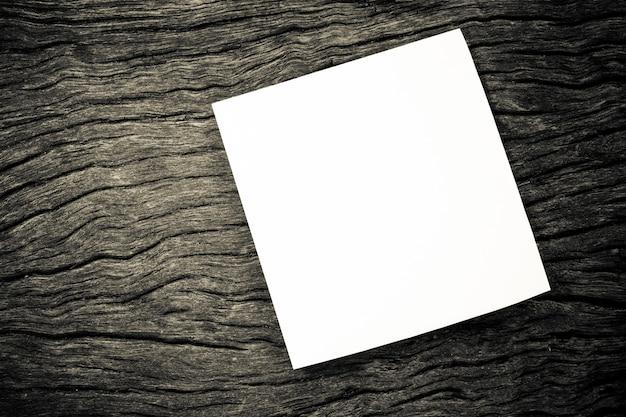 Bloc de notas en blanco sobre fondo de madera