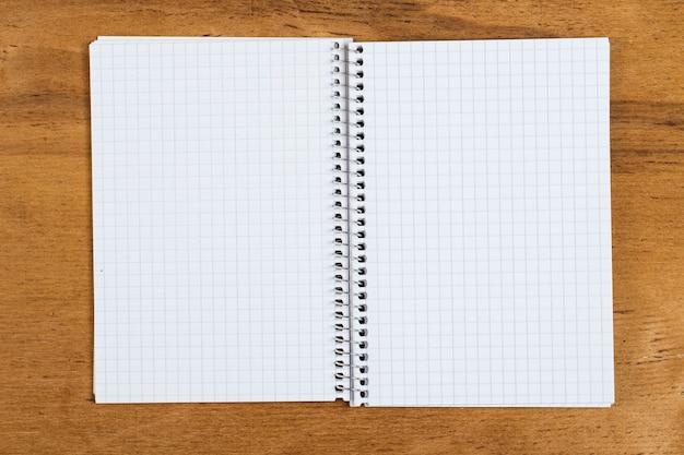 Bloc de notas blanco sobre la mesa
