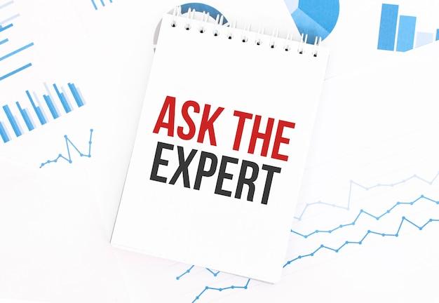 Bloc de notas blanco con texto pregunte al experto sobre la documentación financiera.