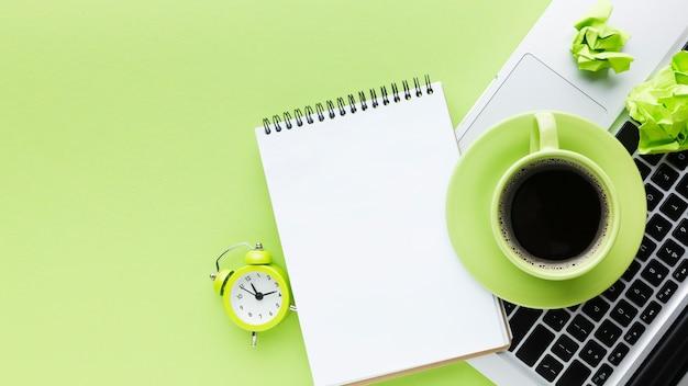 Bloc de notas en blanco y vista superior de café