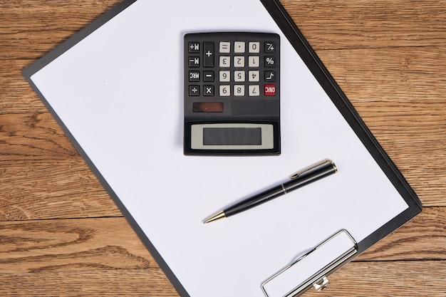 Bloc de notas con bolígrafo accesorios de papelería fondo beige