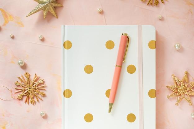 Bloc de notas y bolígrafo en el espacio de trabajo del escritorio