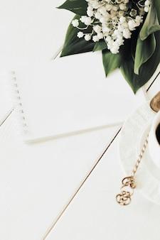 Bloc de notas y café sobre un fondo claro