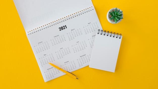 Bloc de notas con calendario plano y espacio de copia