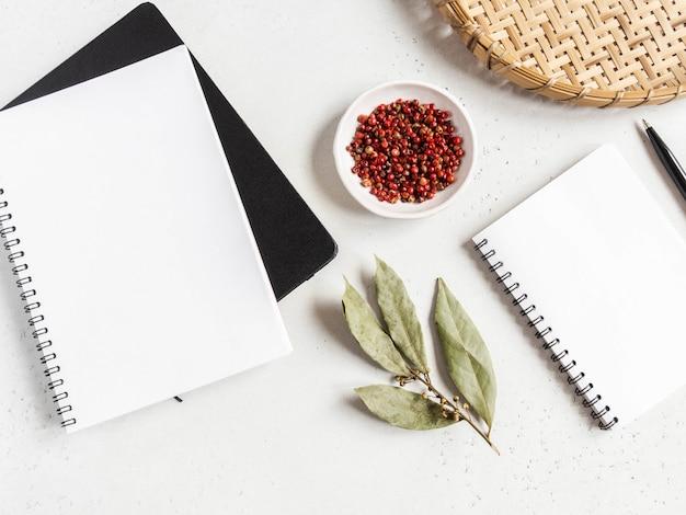 Bloc de notas de cocina simulado para texto culinario, bandeja de mimbre y especias